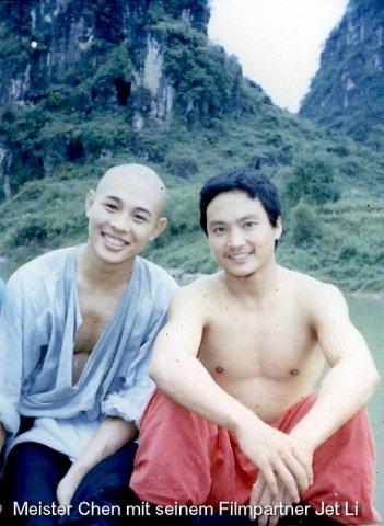 Chen Shi Hong gemeinsam mit Wushu-Kollegen Jet Li am Filmset